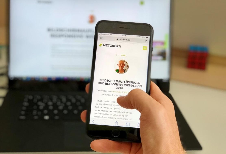 Bildschirmauflösungen und Responsive Webdesign - Ein iPhone und ein Laptop