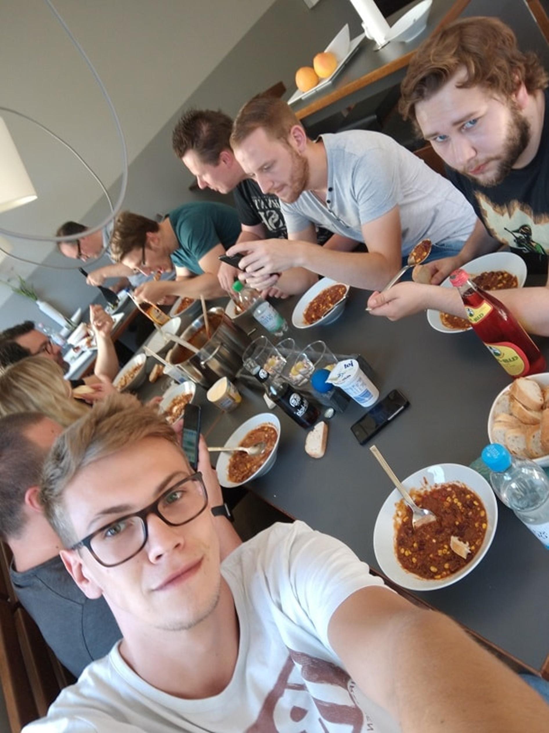 Selfie bei netzkern - Benedikt und co. beim Essen
