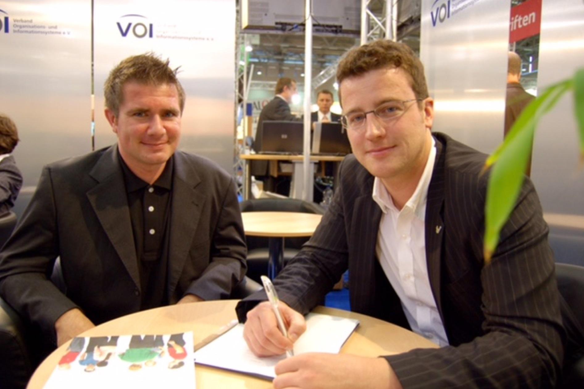 netzkern wird Sitecore Partner: Marc Schneider und Thomas Golatta unterzeichnen den Partnervertrag